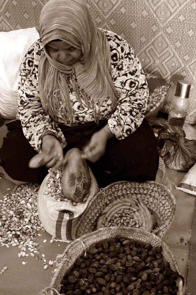 Trabajadora de una cooperativa de argán