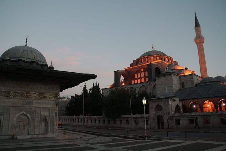 Mezquitas de Estambul iluminada de noche.  El viaje me hizo a mi. Blog de viajes.