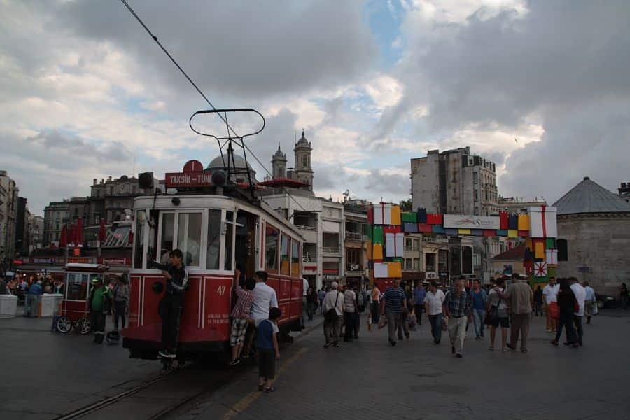 Tranvía histórico en la plaza de Taksim