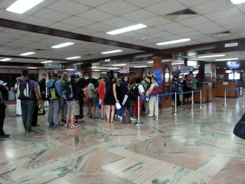 Cola para la realización del visado de Nepal on arrival. El viaje me hizo a mi. Blog de viajes