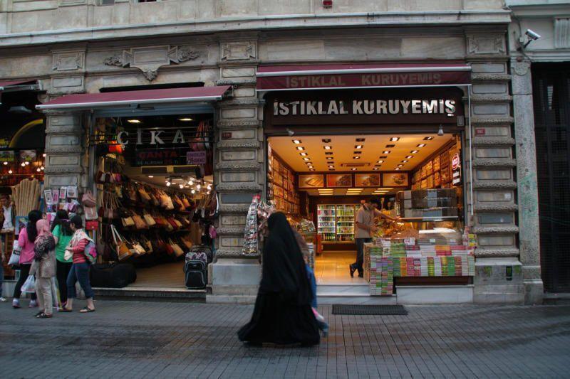 Mujer musulmana paseando por el centro de Estambul. Turquía. El viaje me hizo a mi. Blog de viajes