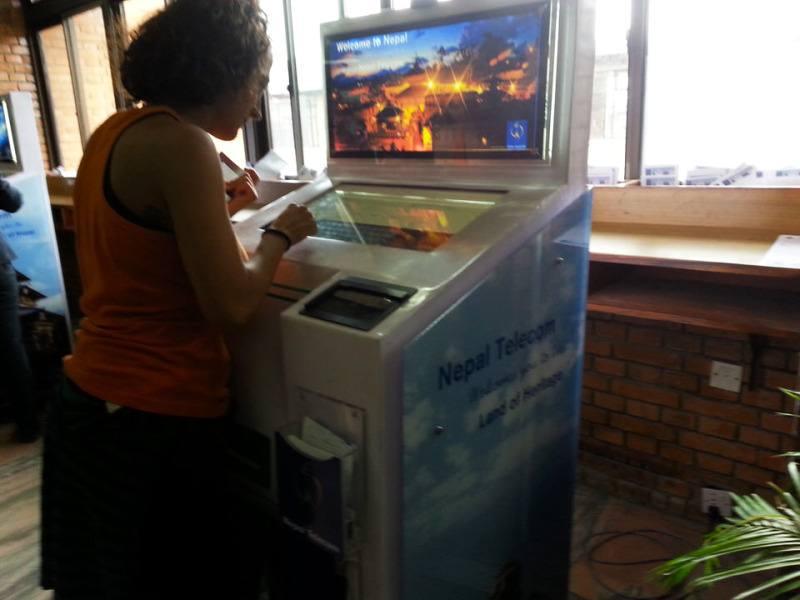 Gloria realizando el trámite para Visado de Nepal on arrival. El viaje me hizo a mi. Blog de viajes