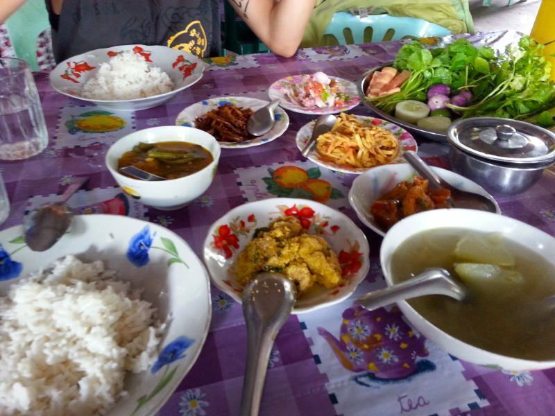 Nuestra primera comida en Myanmar. El viaje me hizo a mi. Blog de viajes