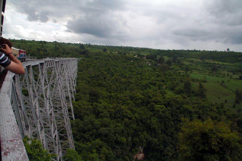 Cruzando el viaducto de Goteik