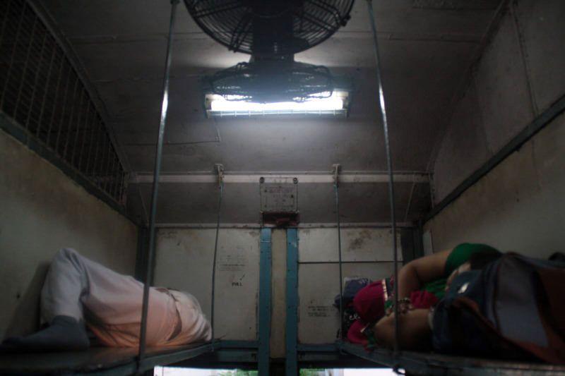 durmiendo en el tren de India