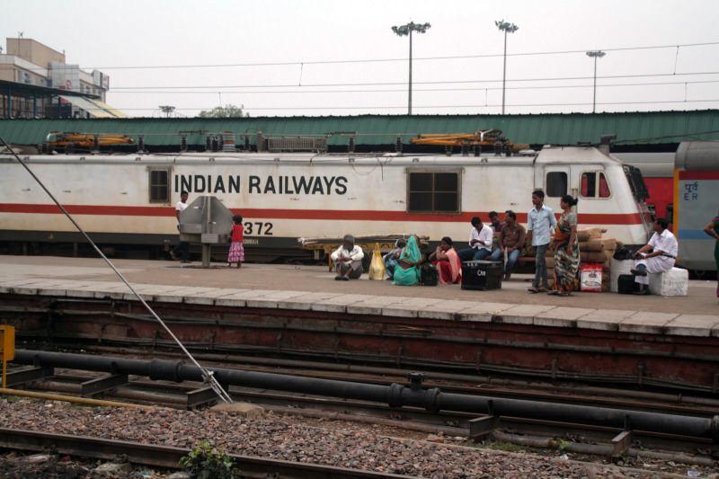 Esperando el tren en India