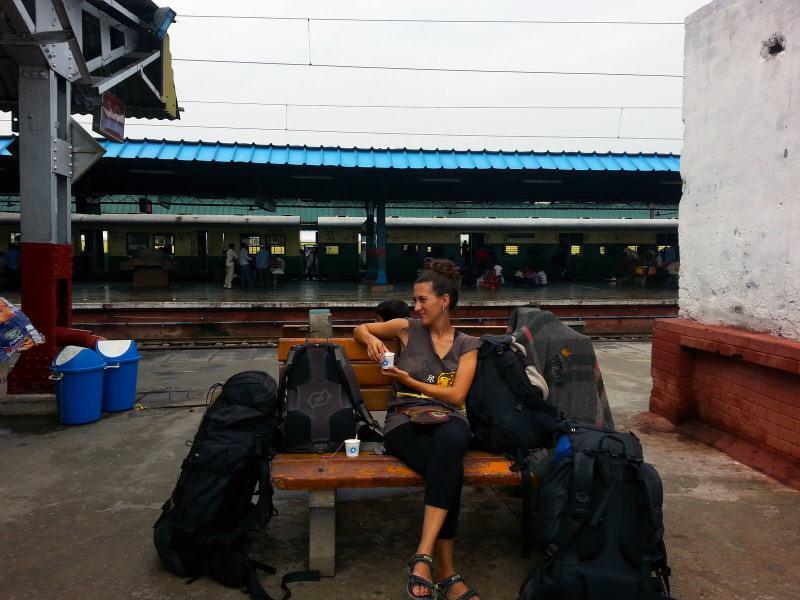 esperando el tren en una estación de India