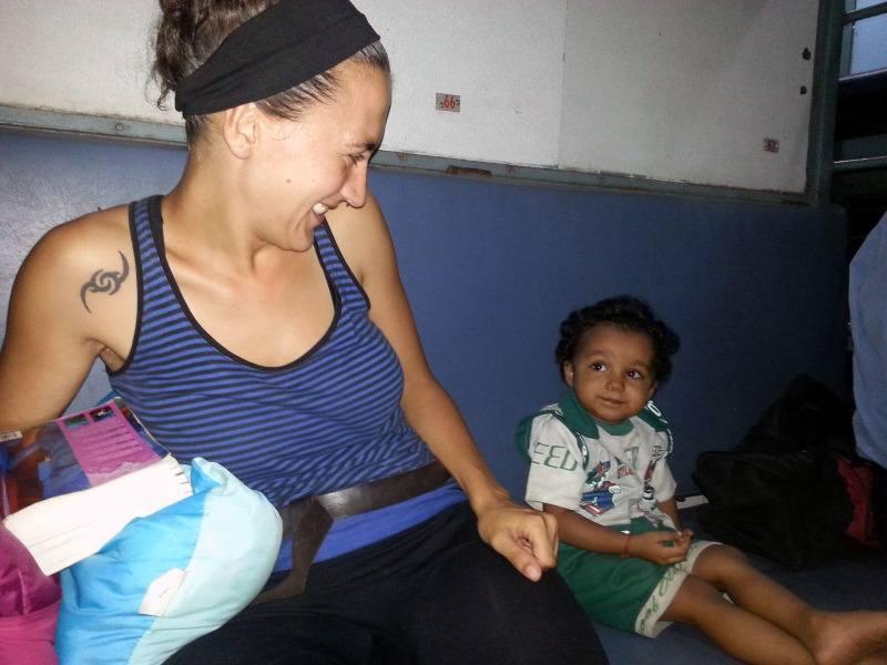 Gloria con un niño en el tren de India