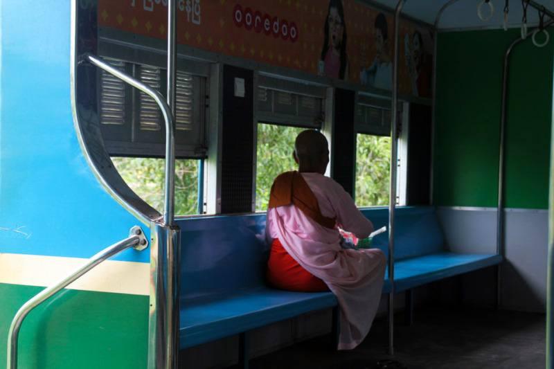Monja en el tren circular de Yangón