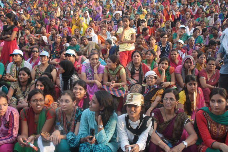 Grada de mujeres en la ceremonia