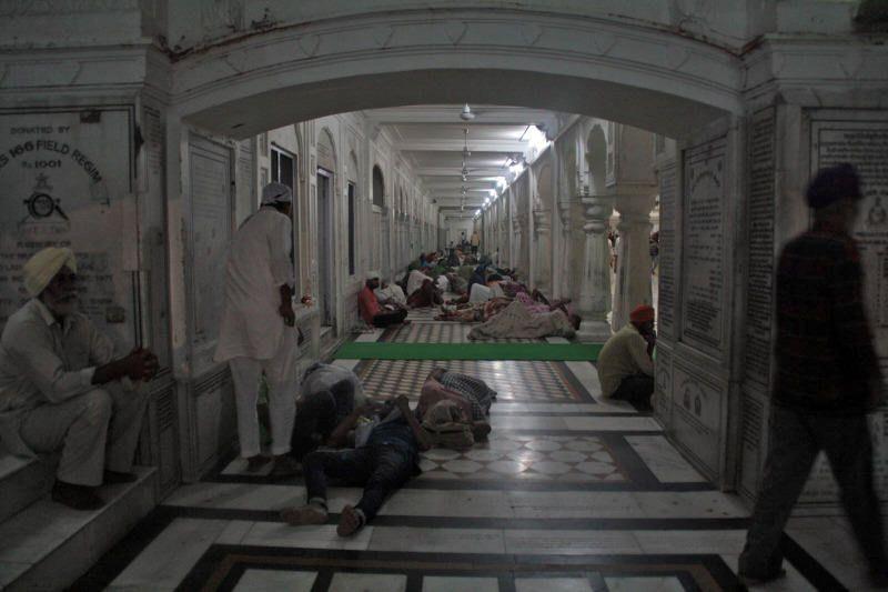 Sijistas durmiendo en el interior del Templo Dorado