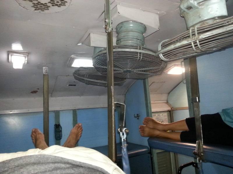 Socializando en el tren de India