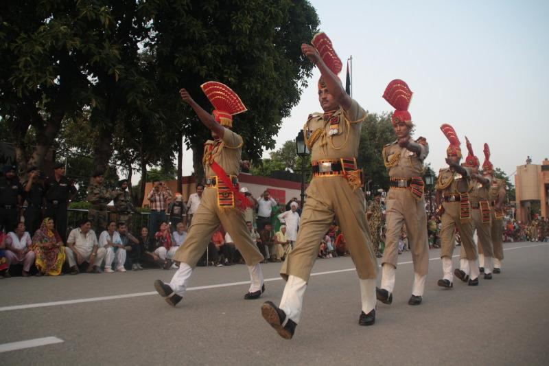 Soldados durante el desfile en la frontera. El viaje me hizo a mi. Blog de viajes