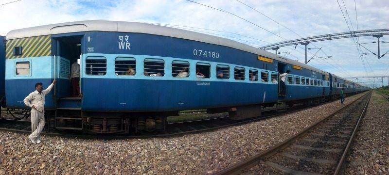 Tren de India parado en la vía