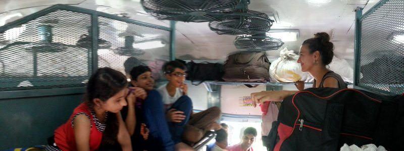 con niños en el tren de India
