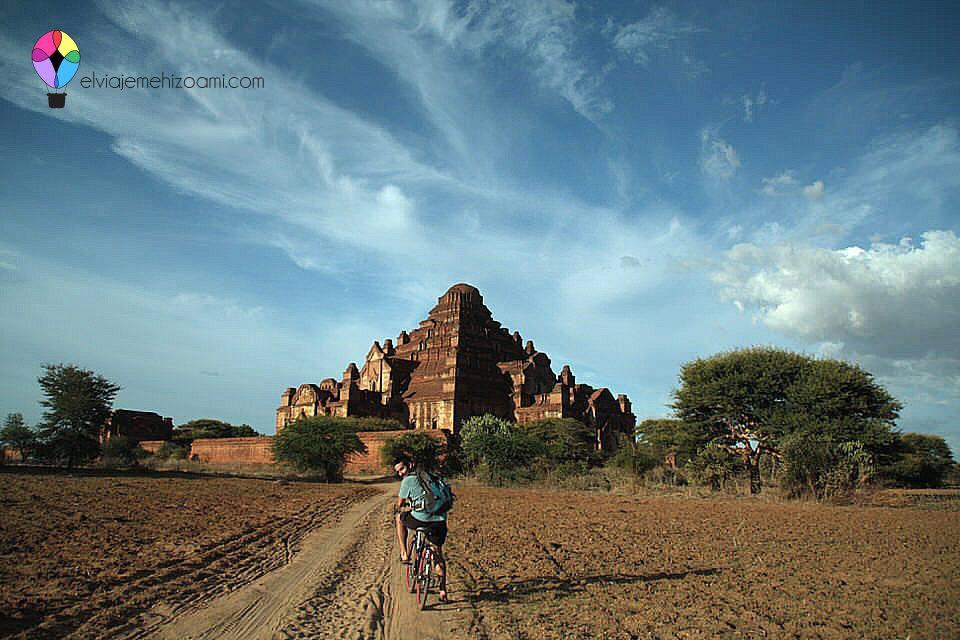 Jose con la bici en los Templos de Bagán