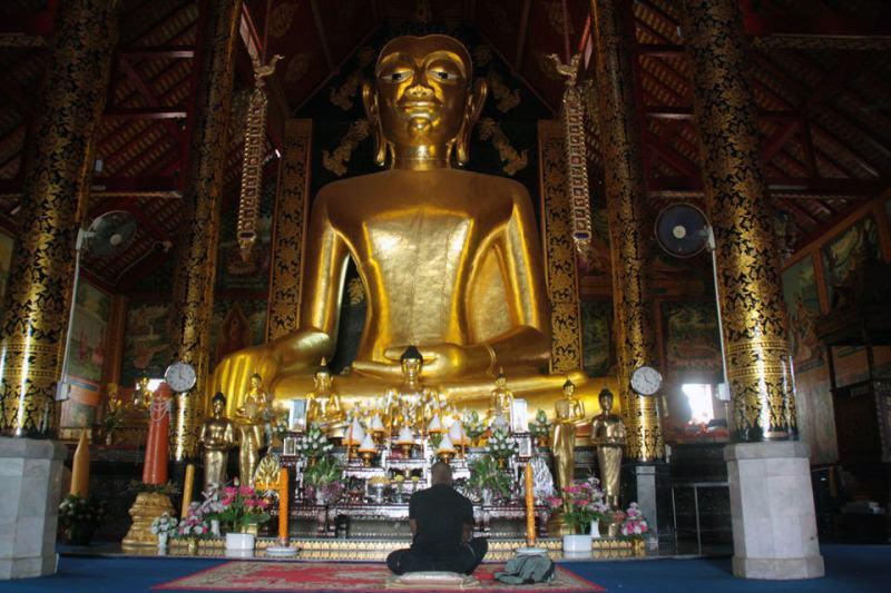 Gran Buda en un Templo Budista. Chiang Rai. Tailandia. El viaje me hizo a mí. Blog de viajes