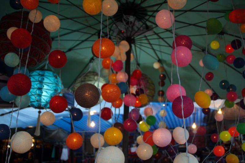 Colores en el mercado nocturno de Chiang Mai. Tailandia. El viaje me hizo a mi. Blog de viajes