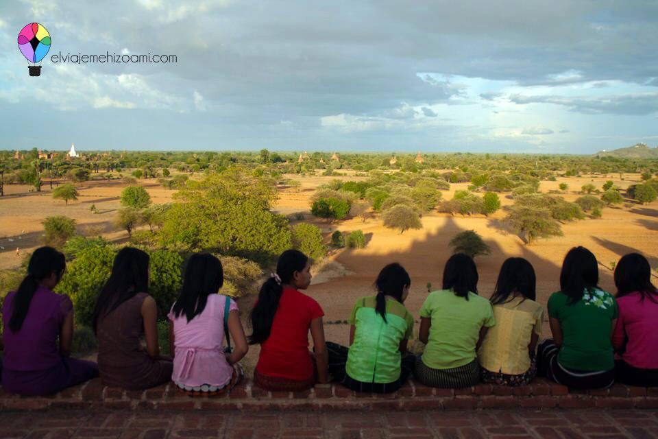 Mujeres birmanas esperando el atardecer