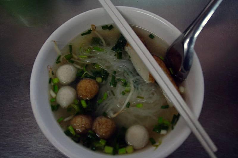 Noodles con bolas de pescado. Comida típica en Tailandia. El viaje me hizo a mi. Blog de viajes
