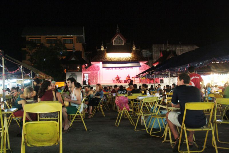 Plaza donde locales y guiris disfrutan de música en directo y comida rica. Tailandia. El viaje me hizo a mi. Blog de viajes