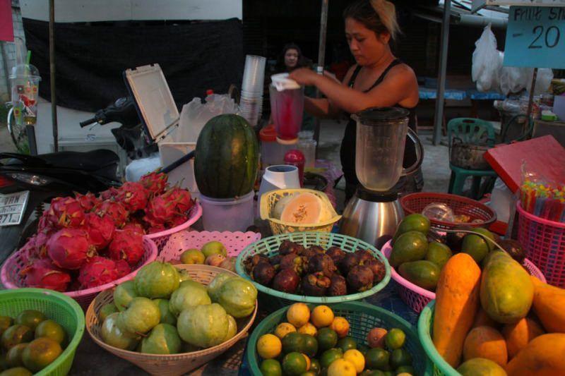Puesto donde se elaboran ricos zumos con la fruta que tu quieras. Comer en Taliandia. El viaje me hizo  a mí. Blog de viajes