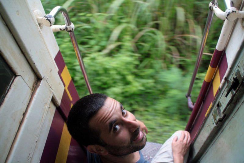 Jose to valiente sentado en la puerta con el tren en marcha. El viaje me hizo a mi. Blog de viajes