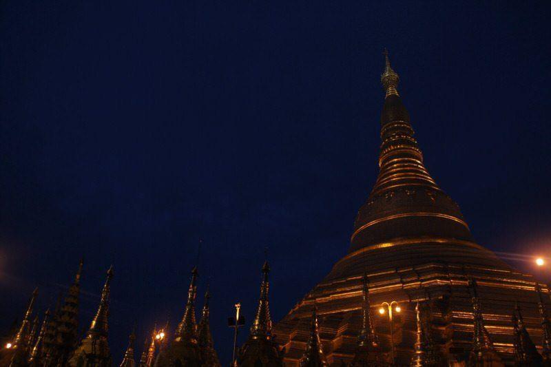 Shwedagon Pagoda iluminada de noche