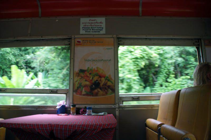 Asientos del restaurante del Tren nocturno entre Bangkok y Chiang Mai. El viaje me hizo a mi. Blog de viajes