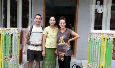 Junto a la dueña del hostal Pyinsa Rupa, la bautizamos como mama chou chou. En Bagán. Dormir en Myanmar. El viaje me hizo a mi. Blog de viajes