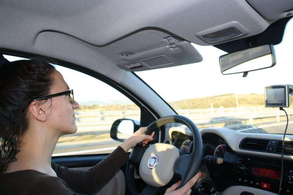 Una imagen poco usual, ver a Gloria conduciendo. El viaje me hizo a mi. Blog de viajes