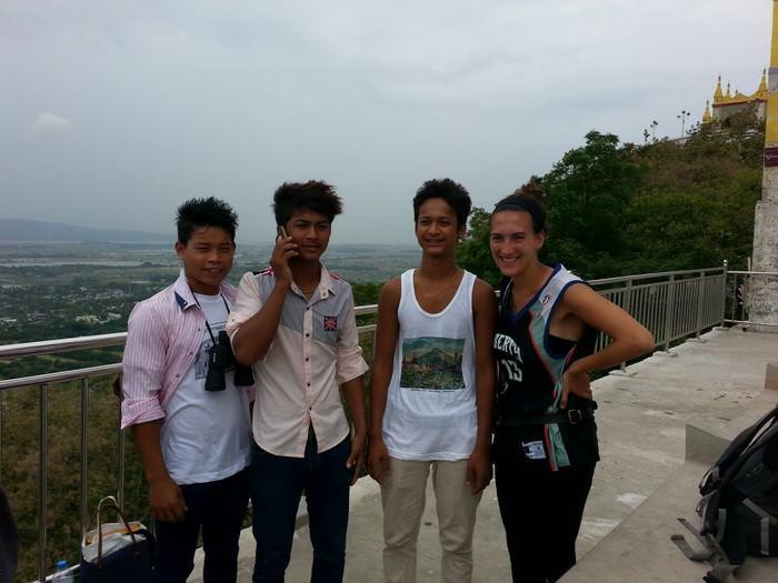 posando para una foto en Mandalay