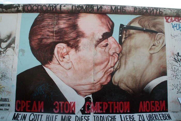 Beso entre Gorvachov y el último presidente de la República Democrática Alemana
