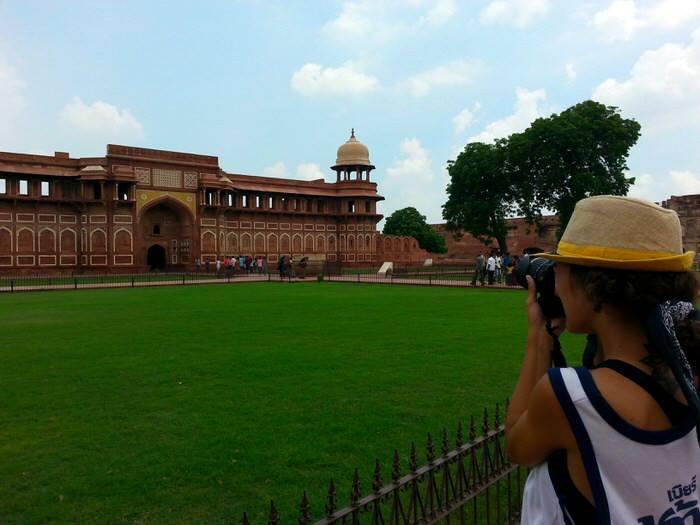 Mirad que gorro tan mono se compró Gloria en Delhi. El viaje me hizo a mí. Blog de viajes