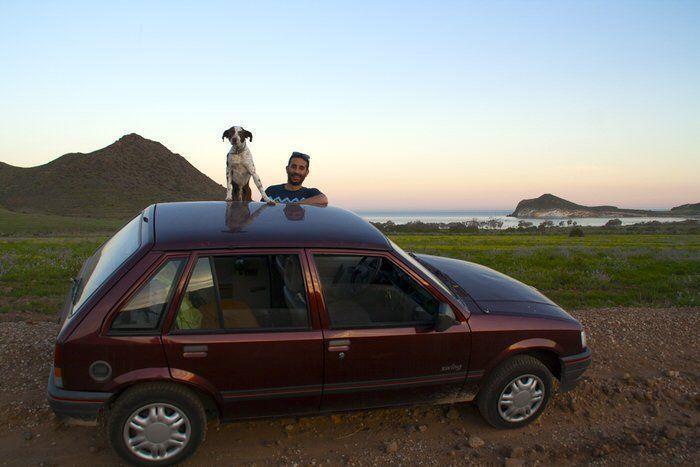 Jose y Tuno posando junto al corsita. El viaje me hizo a mí. Blog de viajes