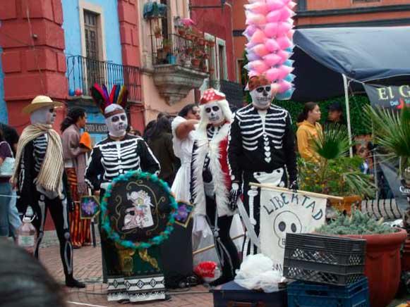 Teatro en la calle durante el Festival Internacional Cervantino