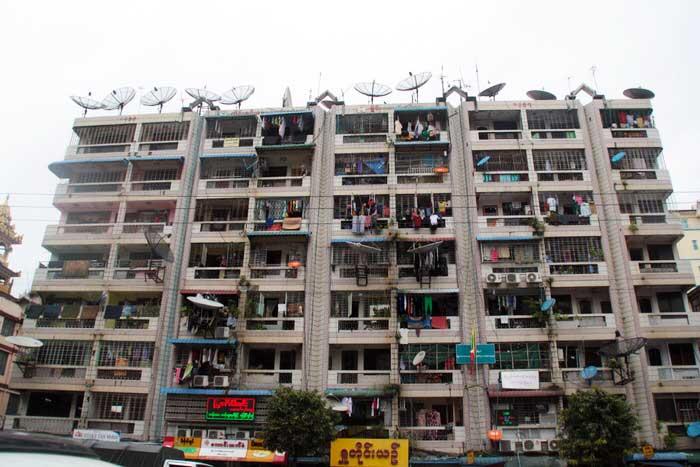 Antenas de una edificio en el centro de la ciudad de Yangón. El viaje me hizo a mí. Blog de viajes