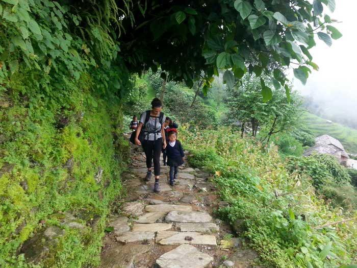 con una niña nepalí