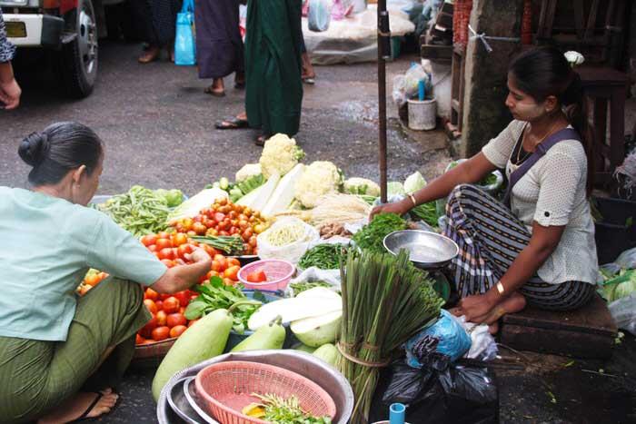 Una vendedora en el mercado de Yangón