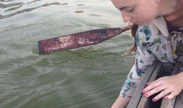 Miriam dando la ofrenda al Río Ganges en Varanasi. El viaje me hizo a mi. Blog de viajes