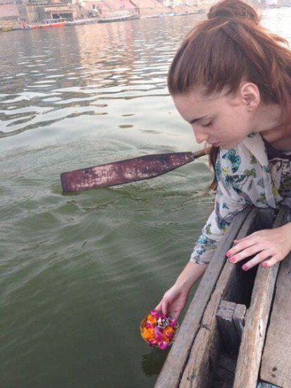 dando la ofrenda al Río Ganges
