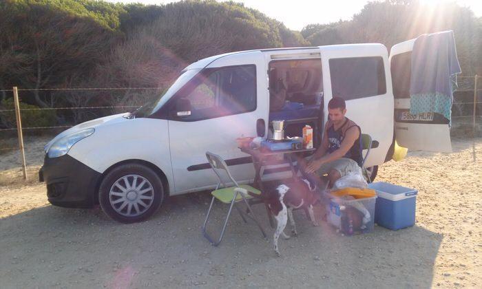 Desayunando en la furgoneta