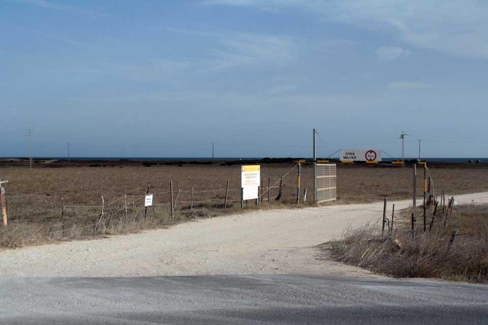 Entrada a la playa, en otras temporadas sólo acceso a militares. El viaje me hizo a mí. Blog de viajes. Tarifa. Andalucía