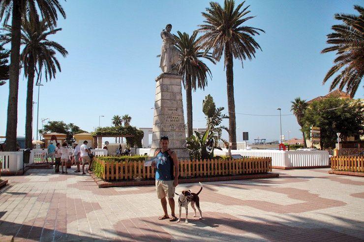 Jose y Tuno en la plaza de Guzmán el Bueno. Tarifa. El viaje me hizo a mí. Blog de viajes