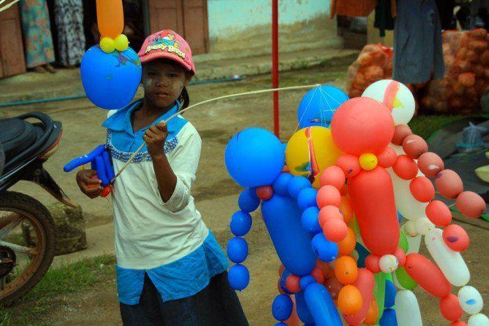 Niña vendiendo globos en Kalaw