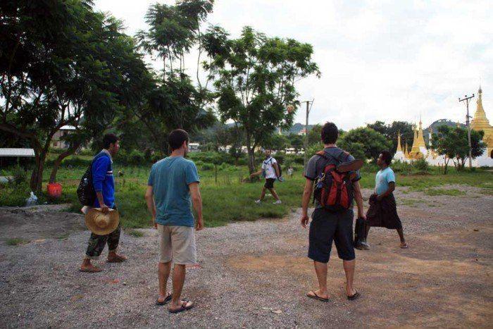 Jugando a la pelota birmana