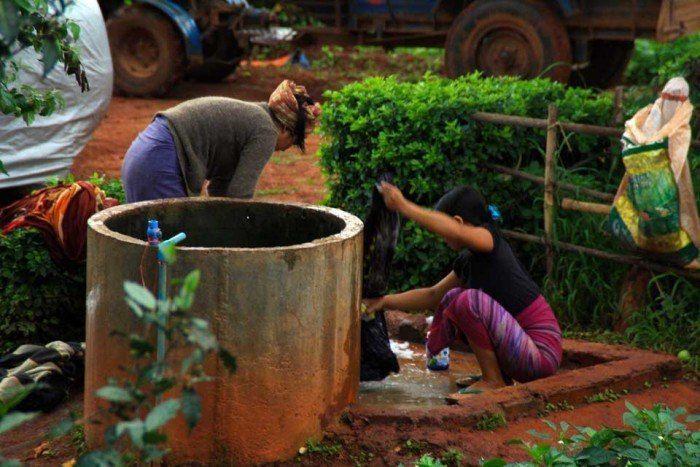 Mujeres lavando la ropa
