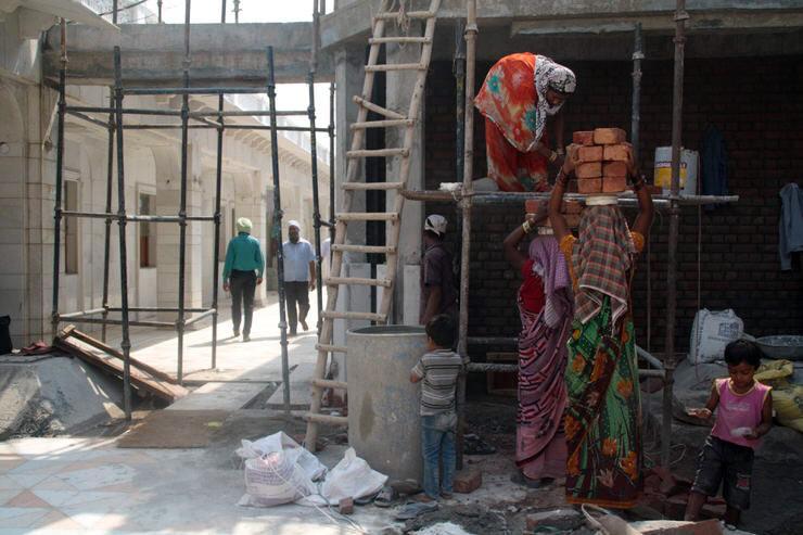 Mujeres trabajando en la construcción