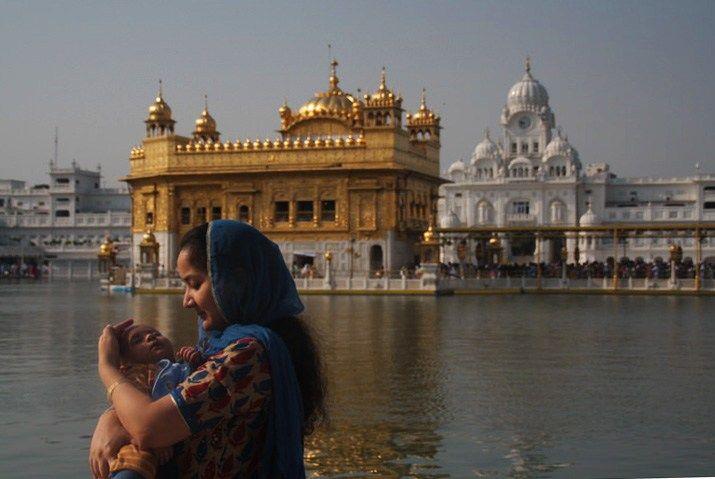 con su bebé en el Templo Dorado de Amritsar