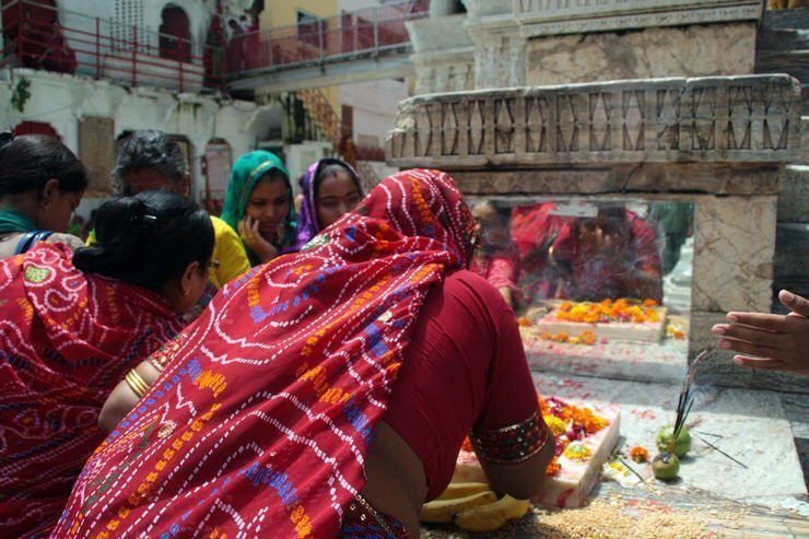 Poniéndose el bindi